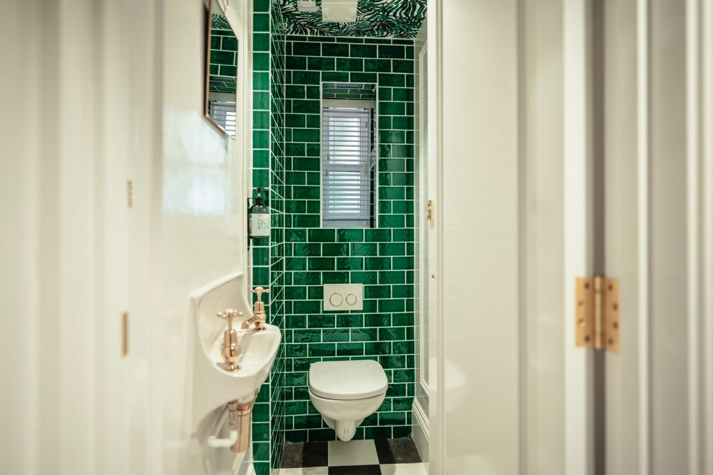 Can toilet leak under tile