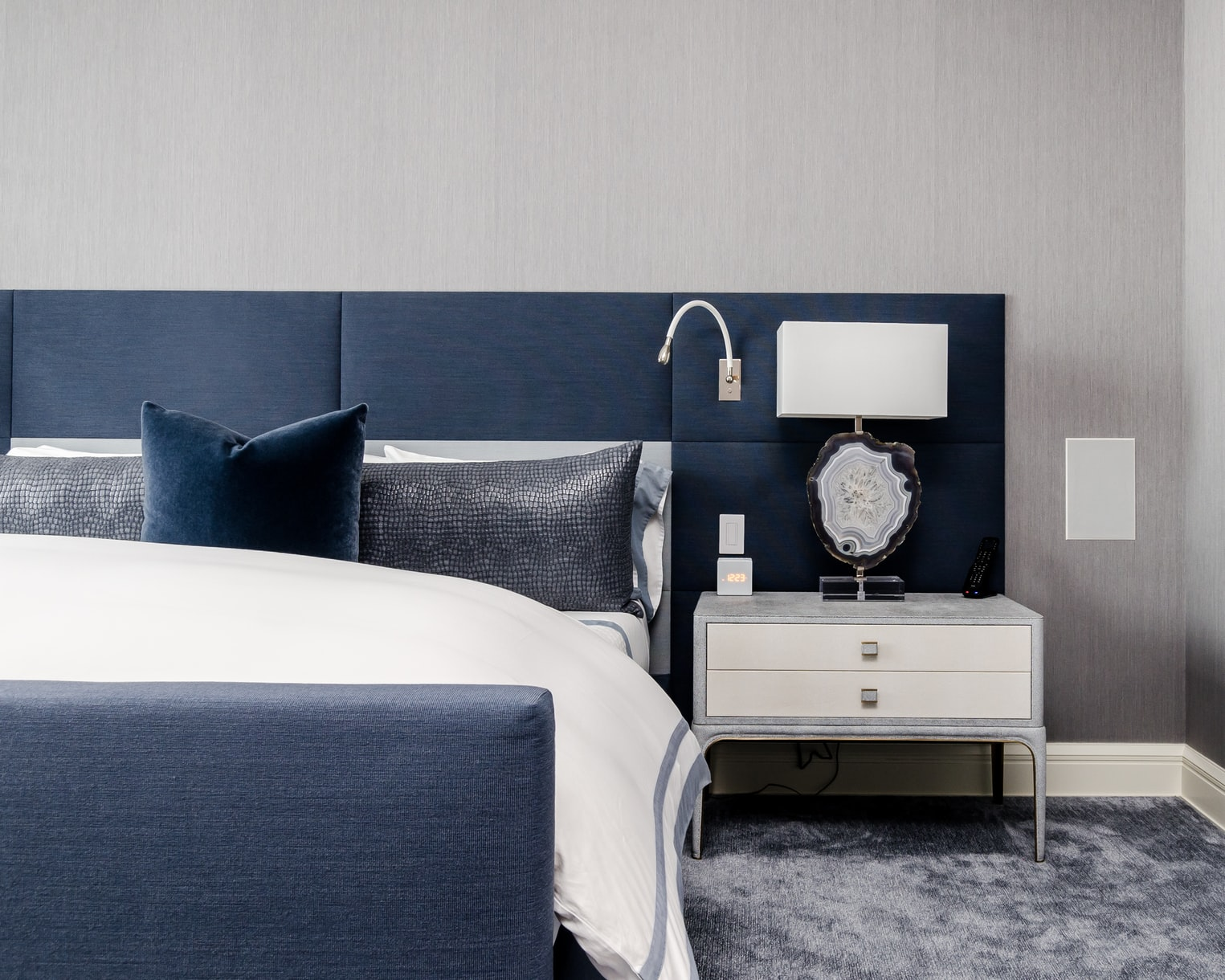 Can master bedroom and bathroom be same color