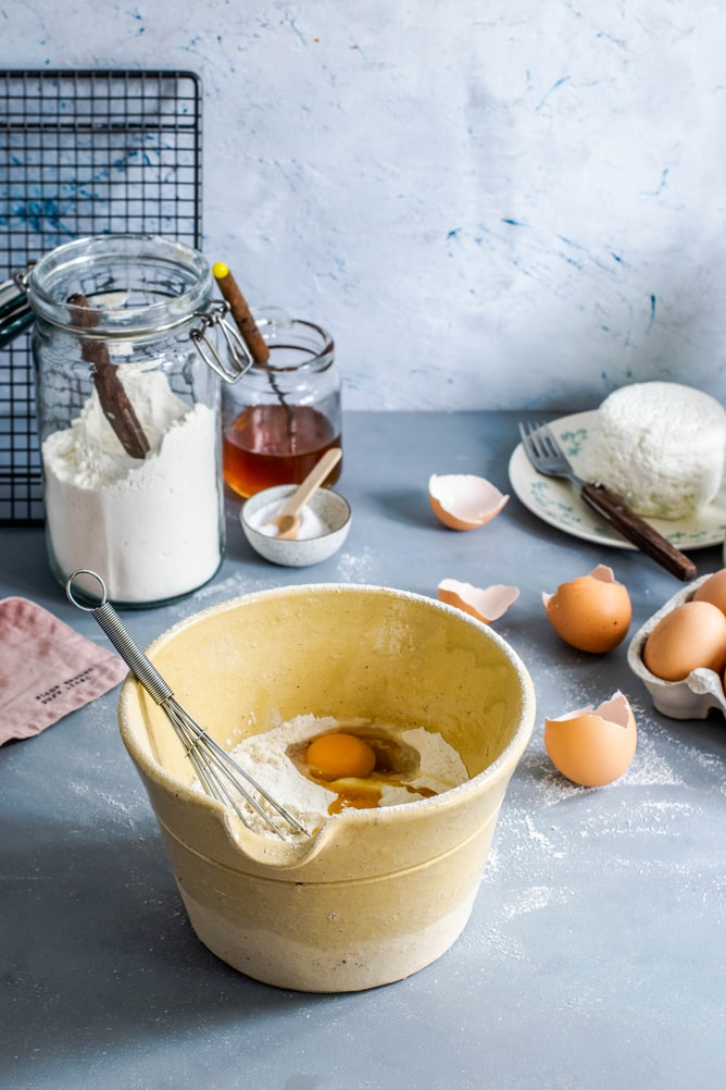 can you use a hand blender to whisk eggs