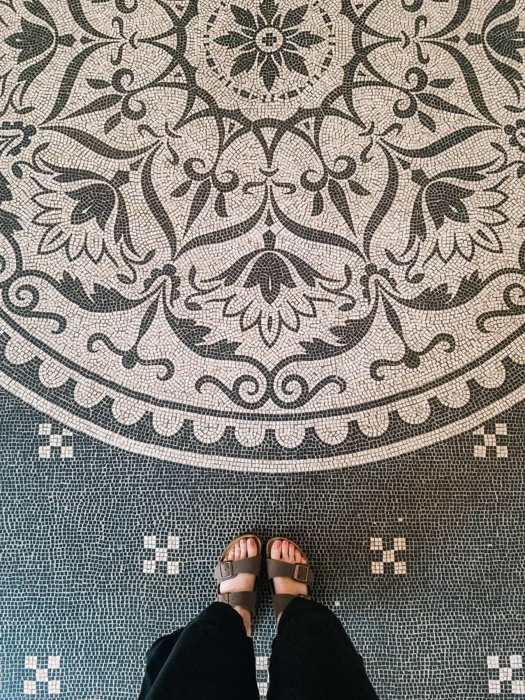 does wall art have to match the rug