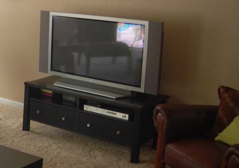 should tv overhang the stand